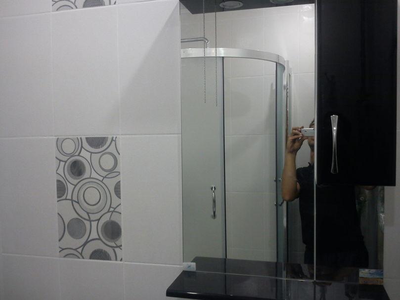 Установка душевой кабинны в ванной комнате